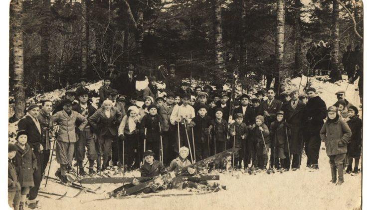 Wystawa fotografii Iwonickiego Klubu Narciarskiego.