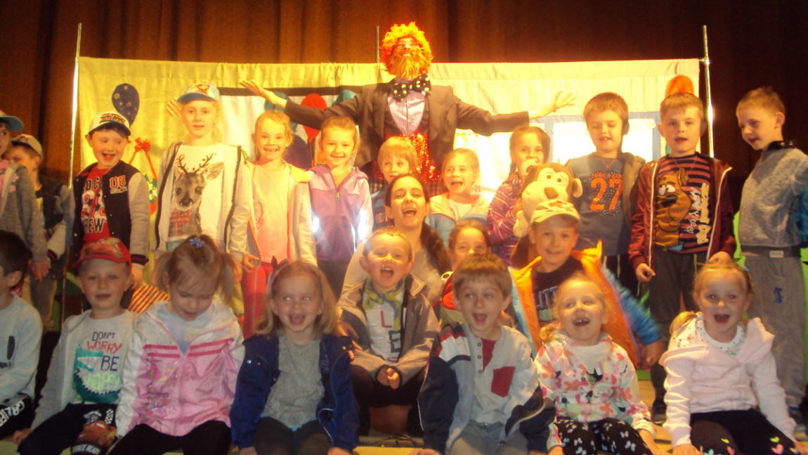 Przedszkolaki oglądają teatrzyk