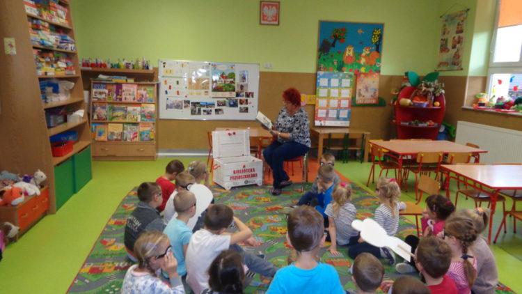 Babcia Kacperka czyta…-biblioteka przedszkolaka.