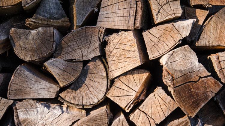 Bezpieczne i efektywne wykorzystywanie drewna jako surowca opałowego w kominkach i piecach centralnego ogrzewania