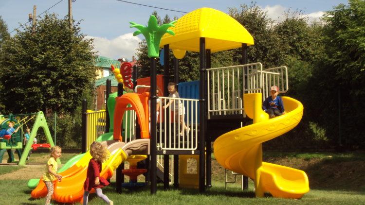 Pierwsze zabawy przedszkolaków na odnowionym placu zabaw
