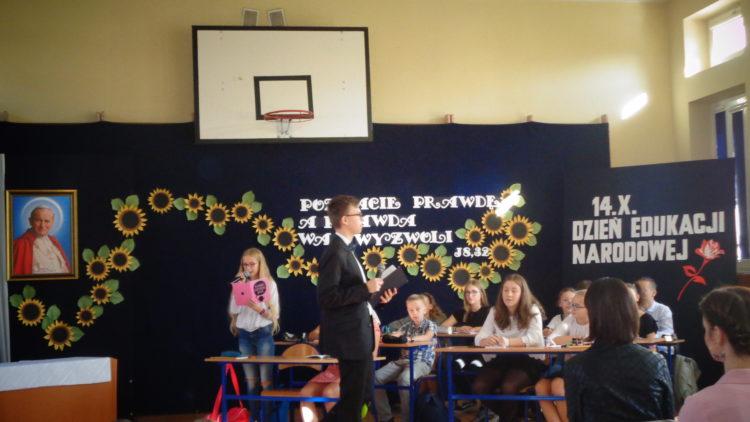 Przedszkolaki na apelu w Szkole Podstawowej w Iwoniczu