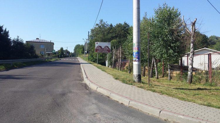 Czyszczenie chodników wzdłuż drogi powiatowej