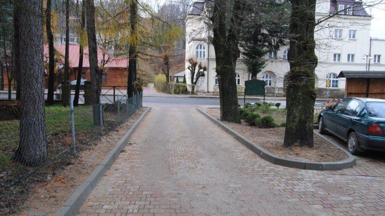 Zakończono remont parkingu za Urzędem Gminy oraz drogi prowadzącej do przedszkola w Iwoniczu-Zdroju oraz OSP