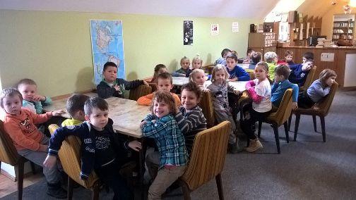 Wycieczka przedszkolaków do biblioteki.