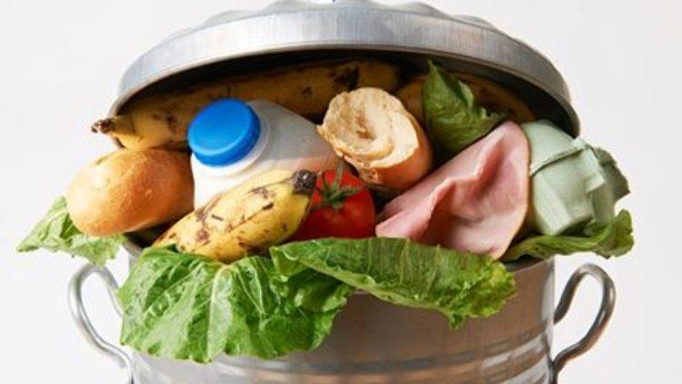 Zmień swoje przyzwyczajenia, nie wyrzucaj do śmieci jedzenia
