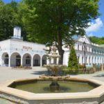 Mała fontanna z Pijalnią w tle