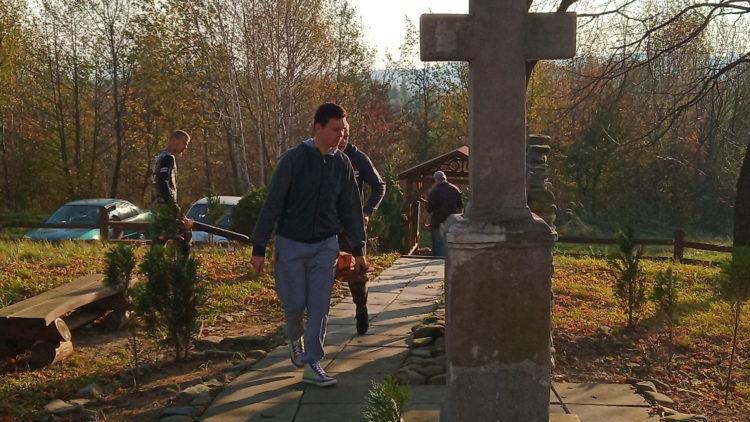 Uczniowie ZS przy OSiW OHP w I woniczu porządkują miejsca pamięci w  Iwoniczu