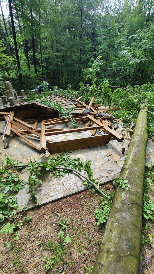 Na nową altanę w rejonie Bełkotki spadło drzewo