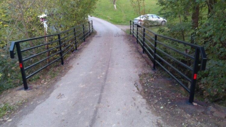 Nowe bariery mostu na drodze gminnej