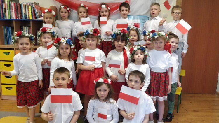 Przedszkolaki obchodzą Święto Flagi